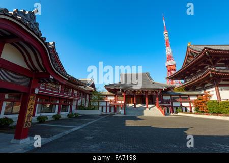 Tokyo, Japan - 12. Dezember 2015: Zōjō-Ji-Tempel in Tokio.  Zōjō-Ji ist ein buddhistischer Tempel im Stadtteil Shiba - Stockfoto