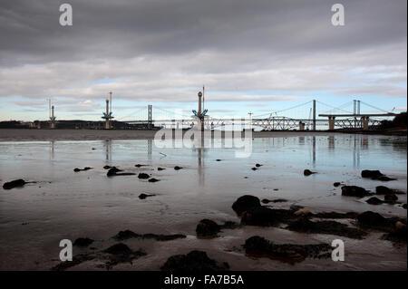 Die neue Queensferry Crossing im Bau über den Firth of Forth in Schottland neben den bestehenden Straßen- und Eisenbahnbrücken - Stockfoto