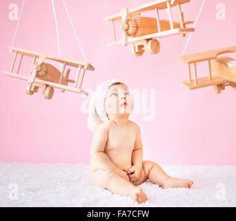 Kleine Mädchen spielen Holzspielzeug Flugzeuge - Stockfoto