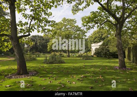 Die halbrunde Gartenhaus Osterley Park und Haus, Middlesex, im September. 1780 erbaut, wurde das Gartenhaus von Robert Adam als Gewächshaus entworfen. Es dient noch heute zarte Pflanzen wie Orangen-und Zitronenbäumen anzeigen.