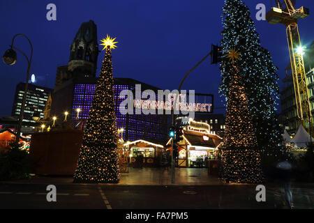 Der Stadt-Weihnachtsmarkt bin Gedachtniskirche Weihnachtsmarkt am Ku'damm in Berlin, Deutschland. - Stockfoto