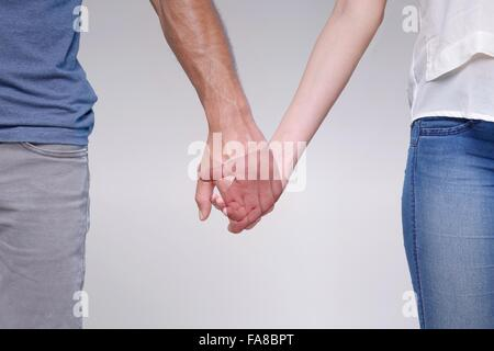 Mann, Hand in Hand mit transparenten Frau, Fokus auf Händen - Stockfoto