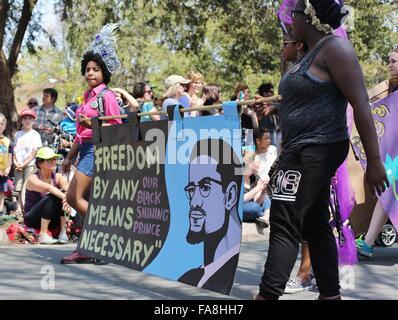 Afrikanische amerikanische Volk tragen eine Banner mit einem Zitat von Malcolm X. - Stockfoto