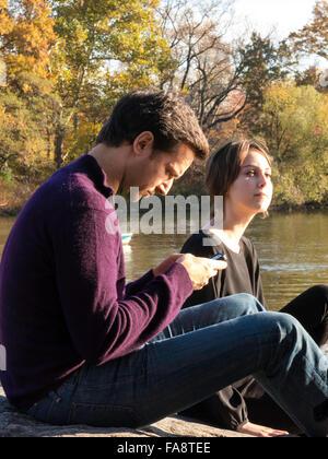 Junges Paar genießen Sie eine Herbst-Nachmittag auf Hernshead Landzunge mit Blick auf den See und die Skyline, Central - Stockfoto