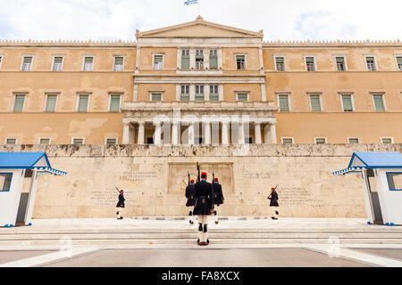 Das griechische Parlament, das griechische Parlament Gebäude in den alten königlichen Palast mit den Soldaten der - Stockfoto