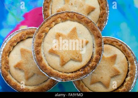 Nahaufnahme von Mince Pies mit Sternen, auf Teller bereit für Weihnachten - Stockfoto