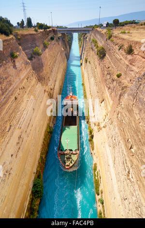 Corinth - Boot in den Kanal von Korinth, Peloponnes, Griechenland - Stockfoto