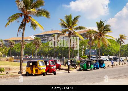 Sri Lanka - Colombo, der Hauptstadt, Tuk-Tuk-Taxi, typische Ansicht auf den Straßen