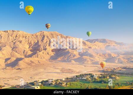 Ägypten - Ballonfahrten über dem Westufer des Nils, Landschaft mit Bergen und grünen Tal - Stockfoto