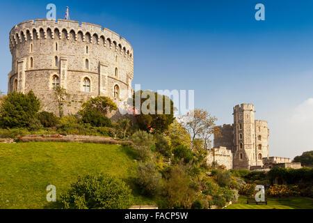 Der Garten unter der Runde (links) und König Edward III (rechts) Türme an Windsor Castle, Berkshire, England, UK Stockfoto