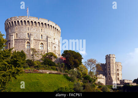Der Runde (links) und König Edward III (rechts) Türme an Windsor Castle, Berkshire, England, UK - Stockfoto