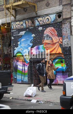 Junge Menschen zu Fuß auf der noch funky Lower East Side in Manhattan, NYC. - Stockfoto