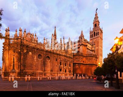 Twilight-Ansicht der Kathedrale von Sevilla.  Andalusien, Spanien - Stockfoto