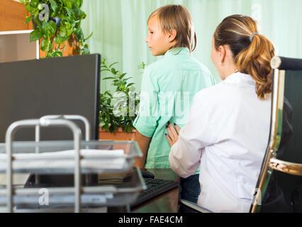 Arzt untersucht ein Teenager mit einem Stethoskop ...