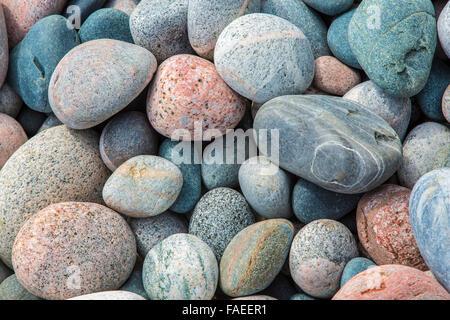 Nahaufnahme der Felsen am Kiesstrand im Marathon Ontario Canada am Ufer des Lake Superior - Stockfoto
