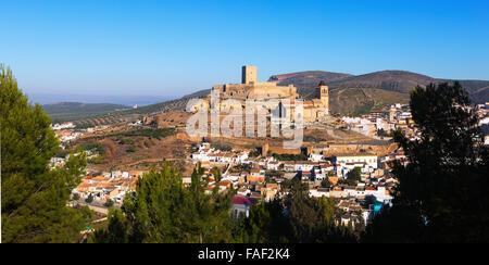 Gesamtansicht der Alcaudete mit Schloss und Kirche.  Andalusien, Spanien - Stockfoto