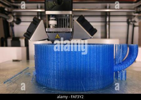 AUCKLAND - 22 DEC 2015:3D Druckmaschine bei der Arbeit. Einer der größten Vorteile des 3D-Drucks wurde durch die - Stockfoto