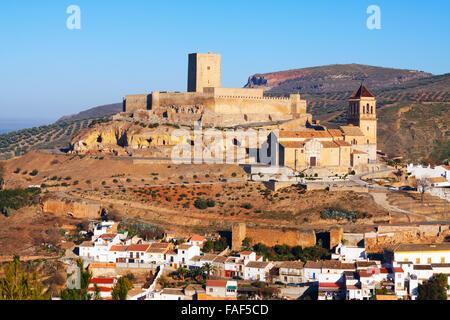 Sonnige Aussicht auf Alcaudete mit Schloss und Kirche.  Andalusien, Spanien - Stockfoto