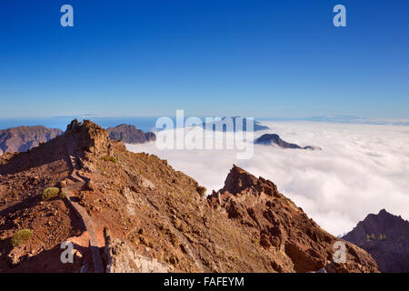 Die Berge Gipfel rund um Roque de Los Muchachos auf La Palma, Kanarische Inseln, Spanien über den Wolken. - Stockfoto