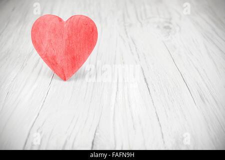 Hölzerne rotes Herz auf weißem Hintergrund, Platz für Text. - Stockfoto