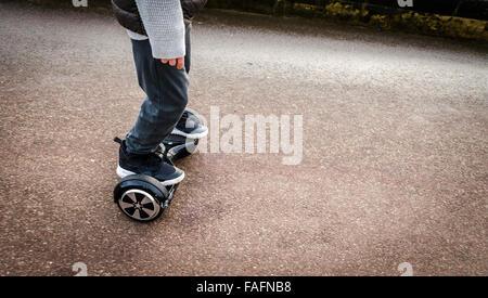 Person Reiten ein HoverBoard an einem öffentlichen Fußweg sind sie jetzt an allen öffentlichen Orten in Großbritannien - Stockfoto