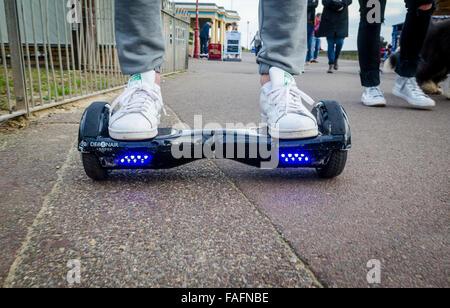 Person Reiten ein HoverBoard an einem öffentlichen Fußweg sind sie jetzt an allen öffentlichen Orten im Vereinigten - Stockfoto