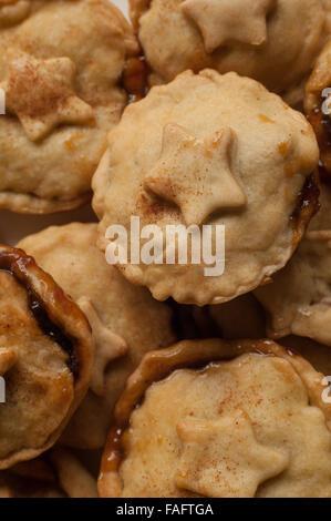 frisch gebackene hausgemachte fruchtige Mince Pies Kochen abkühlen - Stockfoto