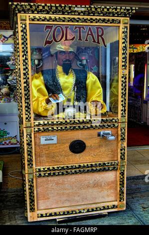 Spielhalle betrieben Fortune Teller Münzautomaten, in Hastings, East Sussex, Vereinigtes Königreich. - Stockfoto
