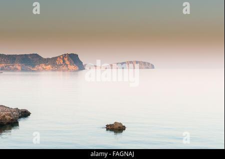 Sonnenaufgang über dem ruhigen schönen Wasser in Es Canar, Ibiza, Teil der Balearen in Spanien, Europa. - Stockfoto