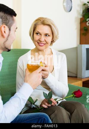 Glücklich Reife Frau mit Freund mit Date im Innenbereich - Stockfoto