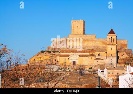 Tagesansicht auf Schloss und Kirche in Alcaudete.  Spanien - Stockfoto