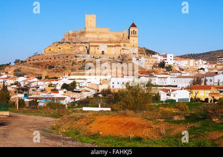 Sonnige Aussicht auf Schloss und Kirche in Alcaudete.  Spanien - Stockfoto