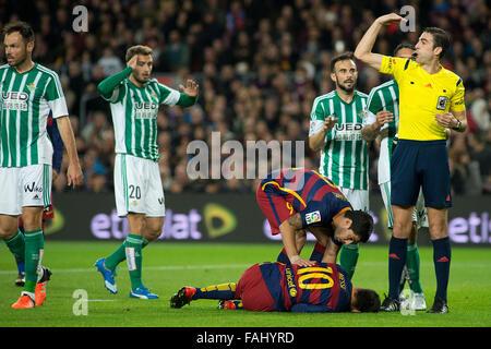 Barcelona, Spanien. 30. Dezember 2015. Argentinische vorwärts FC Barcelonas Lionel Messi verletzt in La Liga Spiel - Stockfoto