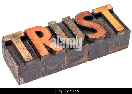 Vertrauen Wort Abstrakt - eine isolierte Banner in Vintage Buchdruck Holzart Blöcke durch Farbe Farben gebeizt - Stockfoto