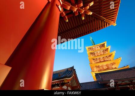 Tokyo, Japan - 16. Dezember 2015: Die fünfgeschossige Pagode der Senso-Ji Tempel in Asakusa, Tokio. - Stockfoto