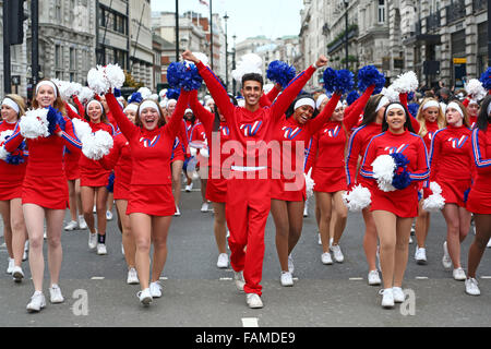 London, UK. 1. Januar 2016. Amerikanische Cheerleader vorbei Piccadilly Circus in London Silvester Day Parade, London, - Stockfoto