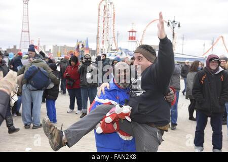 New York, Vereinigte Staaten von Amerika. 1. Januar 2016. Mehrere hundert winterhart New Yorker wurde Eisbären, - Stockfoto
