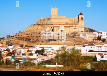 Tagesansicht auf Schloss und Kirche in Alcaudete. Andalusien, Spanien - Stockfoto