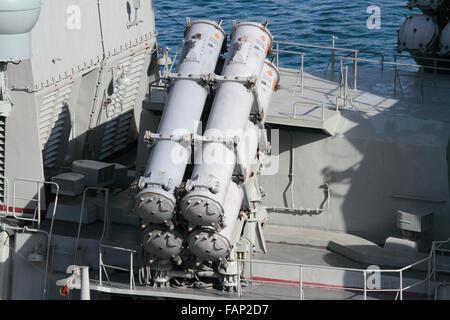 KH-35 Uran oder Switchblade Anti-Schiffs-Rakete Produkteinführung Kanister an Bord der russischen Marine Fregatte - Stockfoto