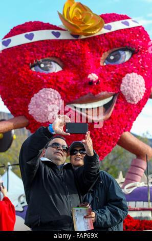 Pasadena, USA. 2. Januar 2016. Besucher statt eine Selfie während der 127. Rose Parade Showcase der schwebt in Pasadena, - Stockfoto