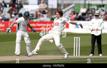 Datei Fotos: Hove, East Sussex, UK. 22. April 2015. Sussex Matthew Hobden fängt den Ball aus seiner eigenen Bowling - Stockfoto