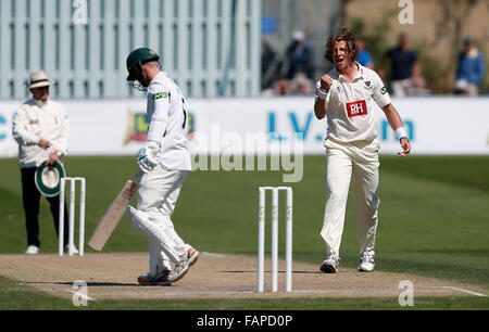 Datei Fotos: Hove, East Sussex, UK. 22. April 2015.  Sussex Matthew Hobden feiert Entlassung Alexei Kervezee während - Stockfoto