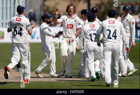 Datei Fotos: Hove, East Sussex, UK. 22. April 2015. Sussex Matthew Hobden (3. L) feiert Entlassung Alexei Kervezee - Stockfoto