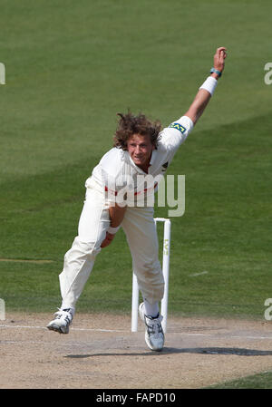 Datei Fotos: Hove, East Sussex, UK. 20. April 2015. Sussex Matthew Hobden bowling tagsüber zwei LV County Championship - Stockfoto