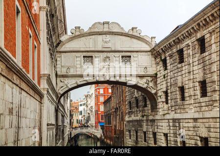 Seufzerbrücke in Venedig an einem bewölkten Tag - Stockfoto