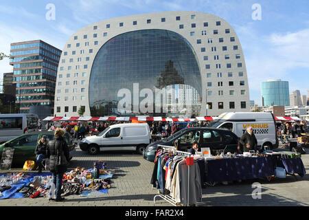 Der Sonntag Flohmarkt außerhalb der Markthal in Rotterdam, Niederlande. - Stockfoto