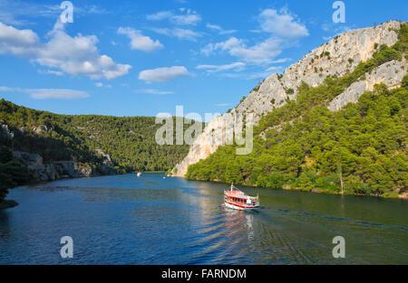 Touristischen Boot am Fluss Krka Segeln zu Nationalpark Krka von Sibenik. - Stockfoto