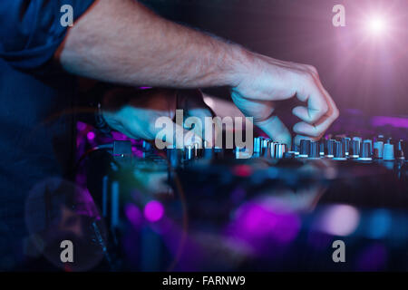 Detail des dj's Hände auf Konsole Stockfoto