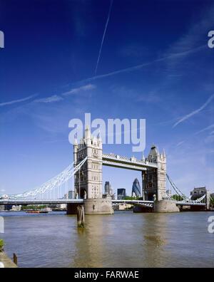 TOWER BRIDGE, London. Tower Bridge und der Themse. Kondensstreifen am Himmel mit Gurke Swiss Re Tower Brücke umrahmt. - Stockfoto