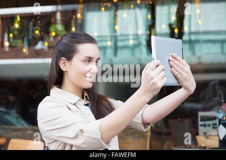 Hübsche Frau Kaffee trinken auf der Straße - Stockfoto